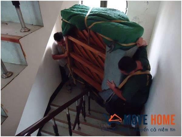 Khó khăn khi chuyển nhà qua cầu thang nhỏ 1
